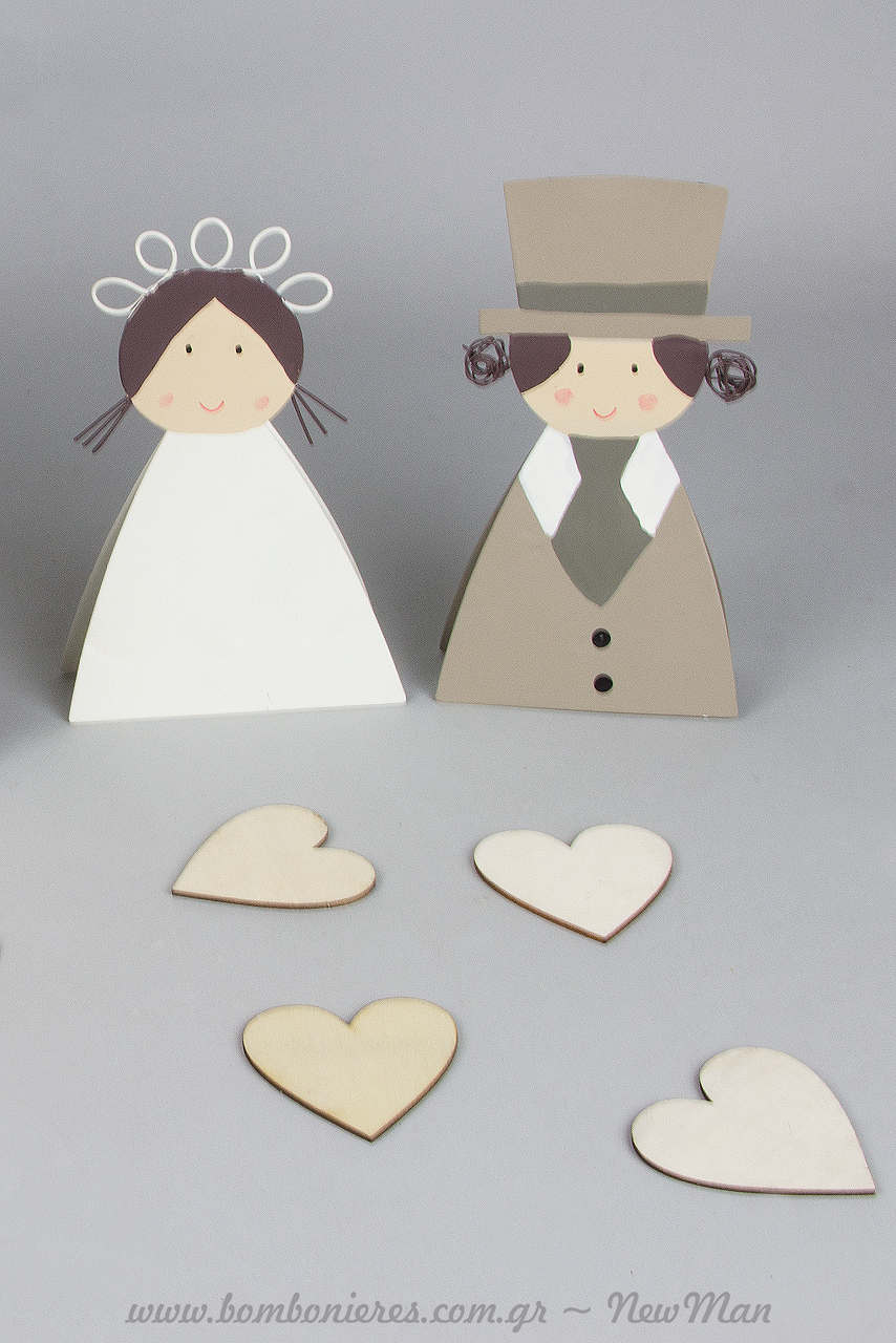 Συμπληρώστε τη σύνθεση αυτού του πρωτότυπου ευχολογίου με διακοσμητικές τσιμπίδες γαμπρός + νύφη (16 x 18cm).