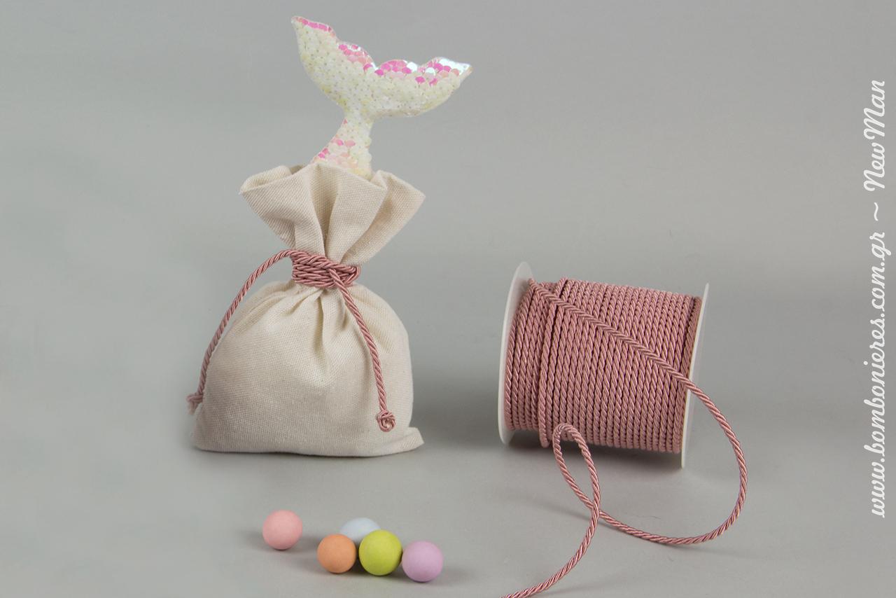 Μπομπονιέρα: «Η μικρή γοργόνα» σε εκρού πουγκί (13 x 18cm), διακοσμημένο με ουρά γοργόνας-μπρελόκ και κορδόνι τρικλ.