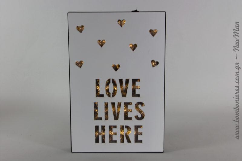 Ξύλινο κουτί «Love Lives Here» με φως LED (20 x 3 x 30cm) για να διακοσμήσετε το τραπέζι των ευχών.