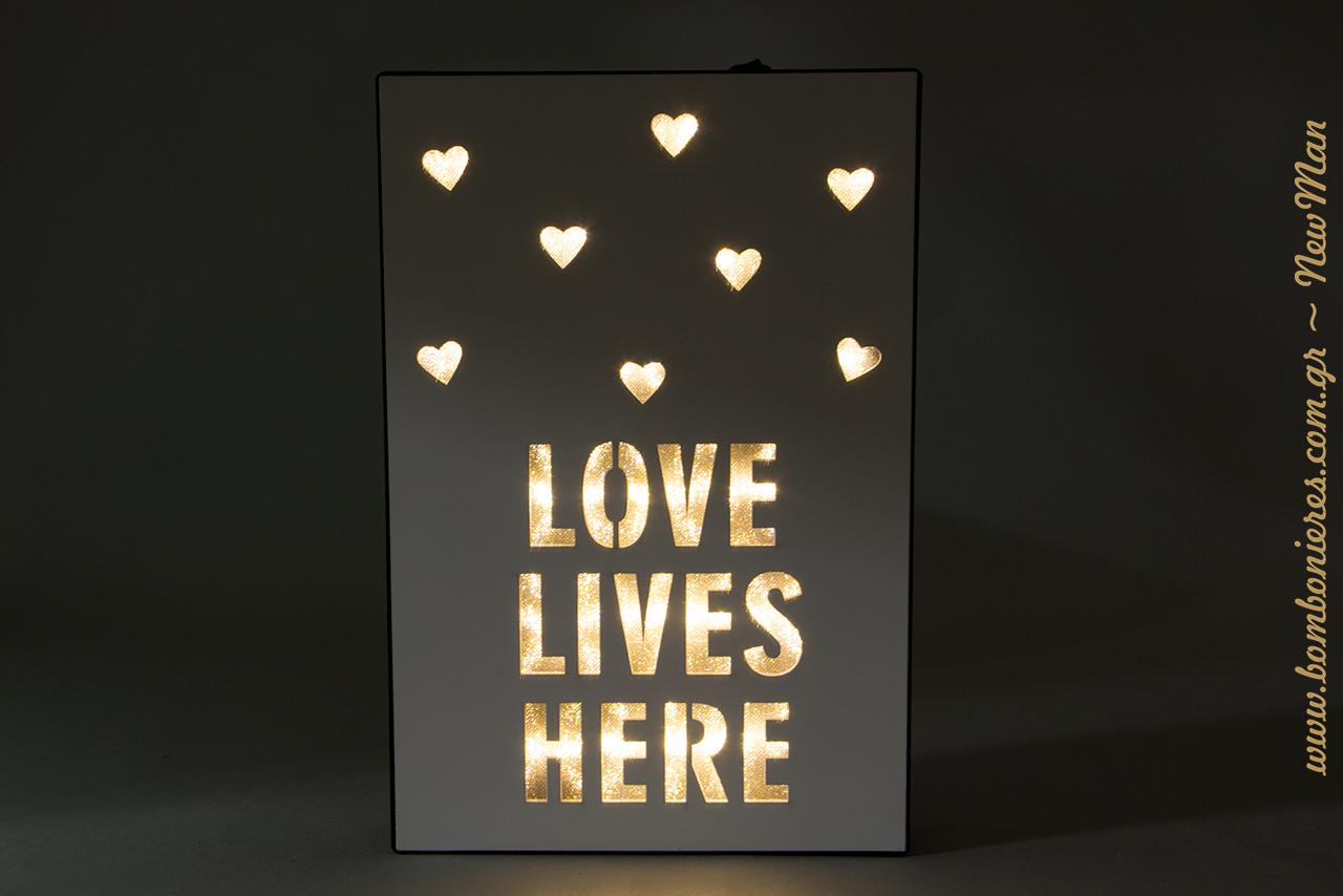 Κι όταν τα φώτα ανάβουν, το αποτέλεσμα είναι μαγικό. Δημιουργήστε ατμόσφαιρα εύκολα κι απλά με το ξύλινο κουτί «Love Lives Here».