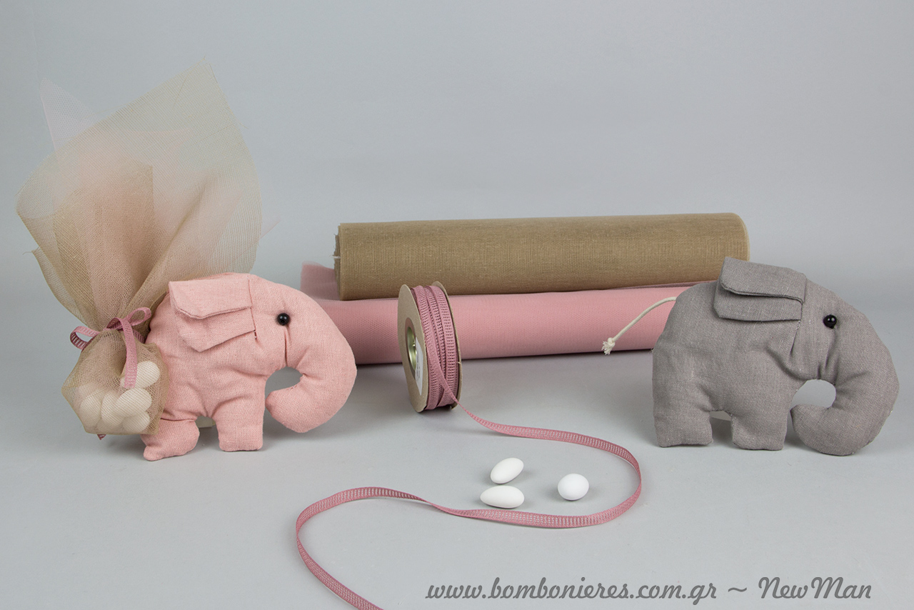 Για τη ροζ εκδοχή της μπομπονιέρας ελεφαντάκι συνδυάσαμε υφασμάτινη γάζα στο χρώμα της άμμου, τούλι ελληνικό και κορδέλα φιλντιρέ.
