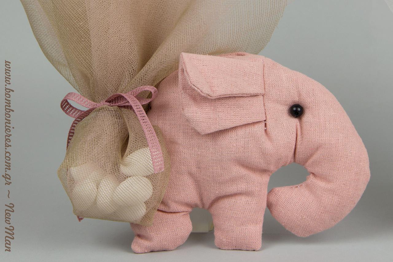 Ροζ εκδοχή της μπομπονιέρας ελεφαντάκι κατάλληλη για κοριτσίστικη βάπτιση.