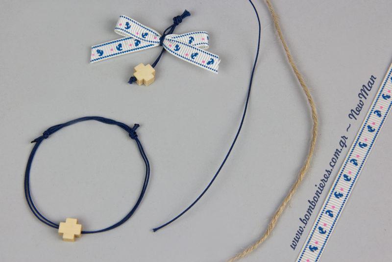 DIY μαρτυρικά βάπτισης σε δυο εκδοχές: πέτου και βραχιολάκια. Και τα δυο συνδυάζονται με μεταλλικά σταυρουδάκια σε χρυσαφένια απόχρωση.