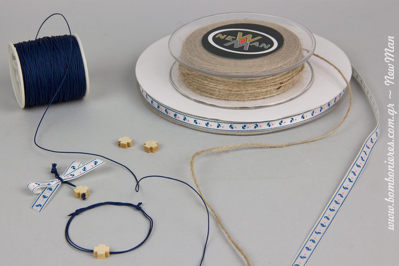 Για τη δημιουργία των μαρτυρικών θα χρειαστείτε: κορδέλα γκρο εκρού με άγκυρες, κορδόνι λεπτό χρωματιστό σε ναυτική μπλε απόχρωση και ξύλινα σταυρουδάκια.