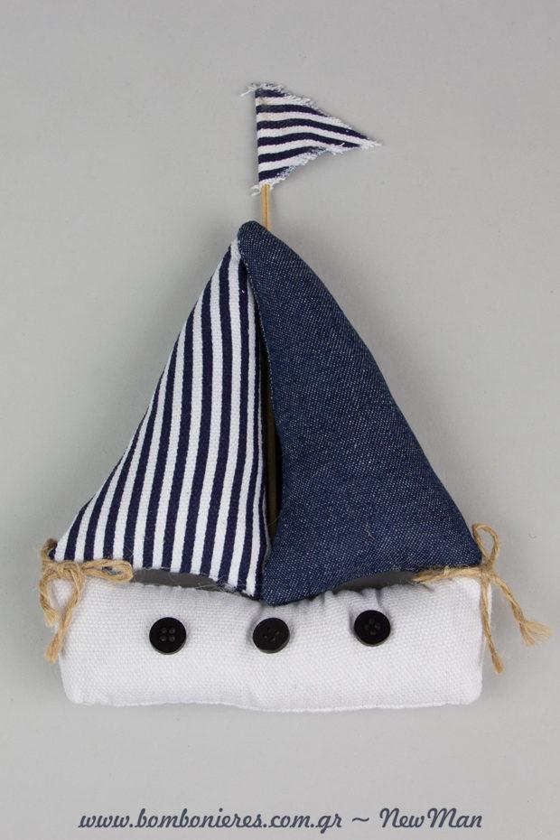 Μοντέρνο υφασμάτινο μαξιλαράκι καράβι που συνδυάζει το ριγέ σχέδιο με το τζιν ύφασμα για την αγορίστικη μπομπονιέρα βάπτισης.