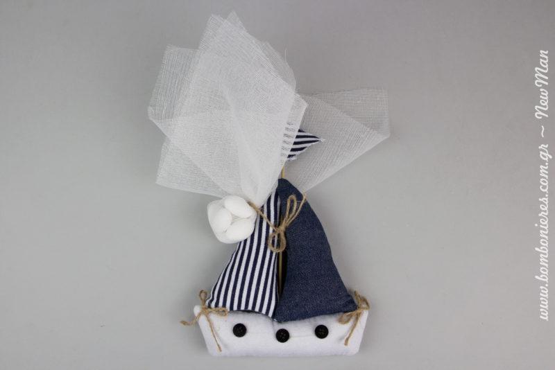 Μια λιτή, ταξιδιάρικη και πανέμορφη μπομπονιέρα σε blue navy αποχρώσεις που θα κλέψει καρδιές.