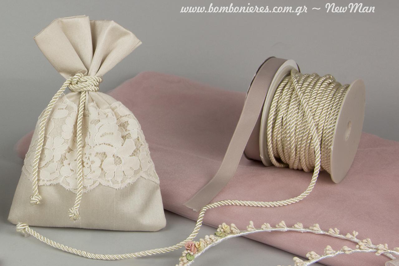 Μεταξωτό πουγκί Σαντούκ με λαιμό δαντέλα στο χρώμα της πούδρας, καρφίτσες πέτου και χειροποίητα στέφανα γάμου.