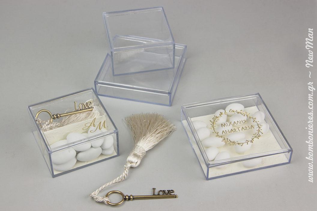 Διάφανη μίνιμαλ κομψότητα για τις μπομπονιέρες του γάμου σας σε διάφανα κουτιά εκτυπωμένα με τη μέθοδο της μεταλλοτυπίας (χρυσό ή ασημί) και σχέδιο της επιλογής σας.