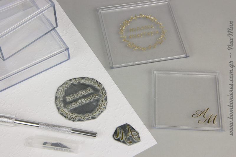 Εσείς διαλέγετε το σχέδιο, εμείς φτιάχνουμε τις μακέτες και αναλαμβάνουμε την εκτύπωση με τη μέθοδο της μεταλλοτυπίας (ασημί ή χρυσό).