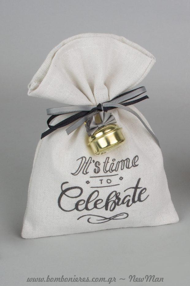 Μπομπονιέρα «Its Time to Celebrate» σε λευκό πουγκί καραβόπανο διακοσμημένο με κουδούνι σε χρυσή απόχρωση και κορδέλα γκρο σε γκρι και μαύρο.
