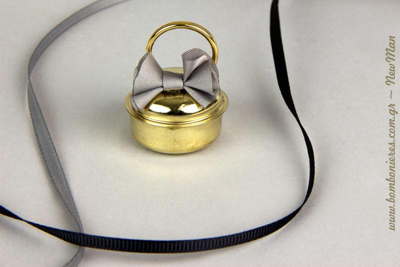 Κουδούνι σε χρυσή απόχρωση με γκρι φιόγκο και κρίκο (φ. 3cm) και κορδέλες γκρο σε γκρι και μαύρο χρώμα.