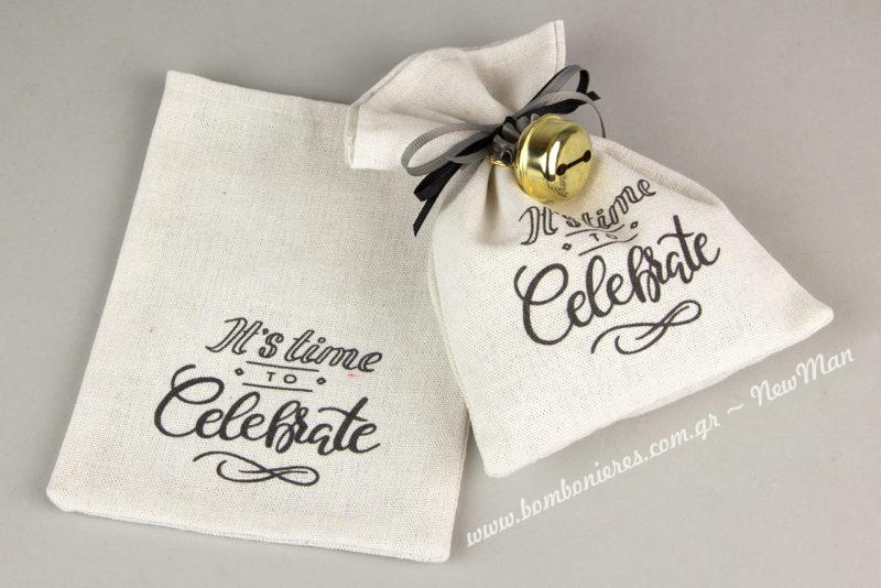 Λευκό πουγκί καραβόπανο «Ιts Time to Celebrate» (17 x 17cm) για τις μπομπονιέρες της σημαντικής ημέρας που θα πείτε το μεγάλο ΝΑΙ.