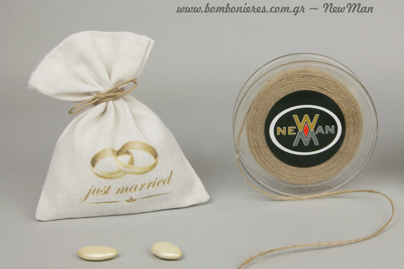 Μπομπονιέρα Just Married σε λευκό πουγκί καραβόπανο (17 x 17cm) με σχέδιο βέρες, διακοσμημένο με κορδόνι γιούτα ψιλό.