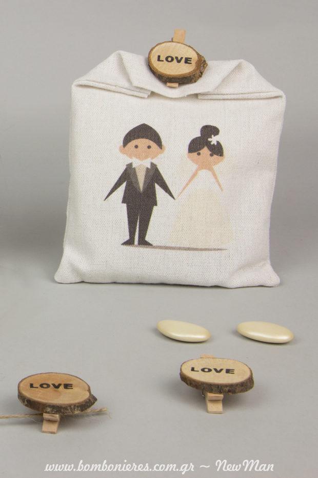 Μπομπονιέρα με Γαμπρό + Νύφη σε λευκό πουγκί καραβόπανο, διακοσμημένο με μανταλάκι love (ξύλινα).