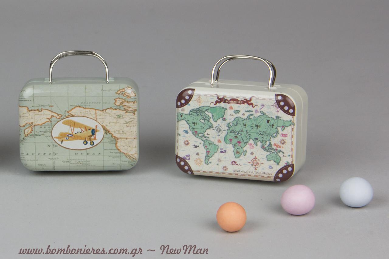 Μεταλλικό βαλιτσάκι με αεροπλανάκι και μεταλλικό βαλιτσάκι ταξιδιού με χάρτη για τις μπομπονιέρες της βάπτισης με θέμα το ταξίδι.