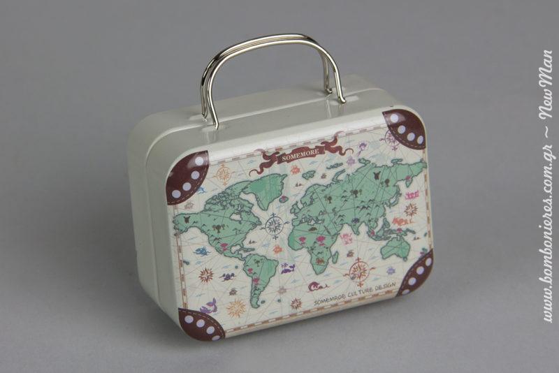 Μεταλλικό βαλιτσάκι με χάρτη. Το μόνο που χρειάζεστε για να το μεταμορφώσετε σε μπομπονιέρα είναι να το γεμίσετε με κουφέτα Χατζηγιαννάκης Crispy πολύχρωμα.