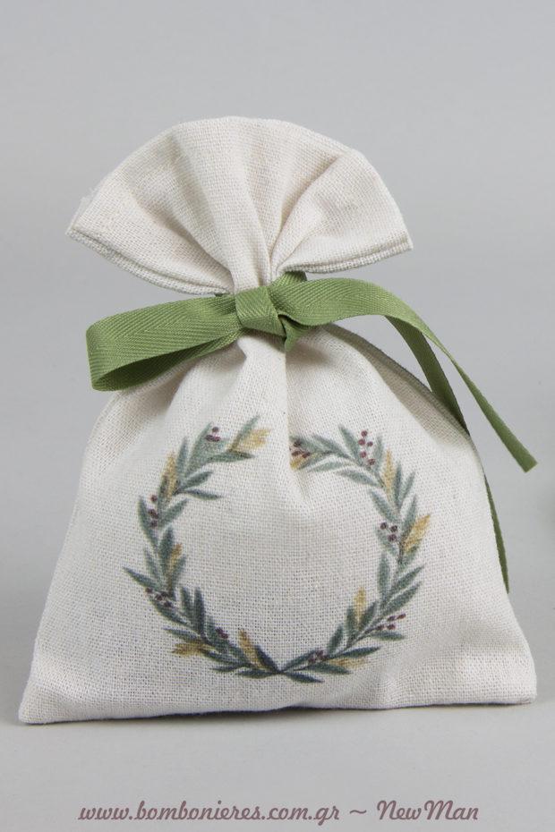 Μπομπονιέρα με θέμα ελιά σε πουγκί λευκό καραβόπανο με σχέδιο κότινο διακοσμημένο με κορδέλα φακαρόλα σε λαδί απόχρωση.
