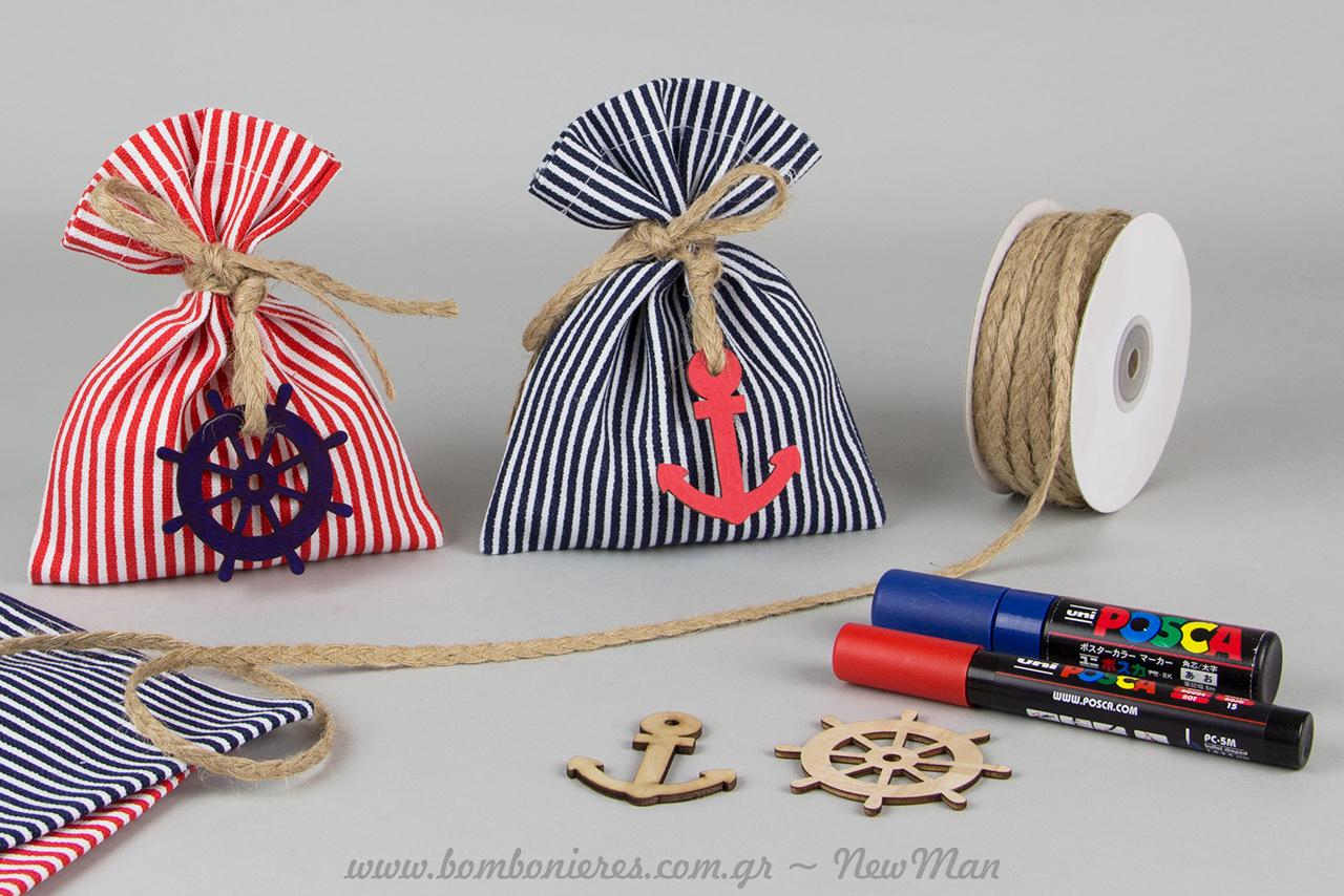 Για τη δημιουργία τους θα χρειαστείτε: ριγέ πουγκιά δίχρωμα (13 x 18cm), ξύλινα διακοσμητικά (άγκυρα-τιμόνι), γιούτα πλεχτή και μαρκαδόρους Uni-Posca.