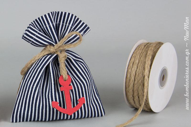 Αγορίστικη μπομπονιέρα βάπτισης σε δίχρωμο ριγέ πουγκί καμβάς (navy blue- άσπρο) διακοσμημένο με ξύλινη άγκυρα, ναυτικό τιμόνι και γιούτα πλεχτή.