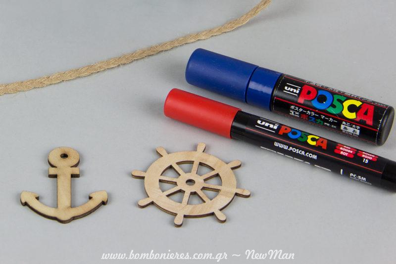 Χρωματίστε τα ξύλινα διακοσμητικά με μαρκαδόρους Uni-Posca (PC-5M) σε μπλε και κόκκινο χρώμα.