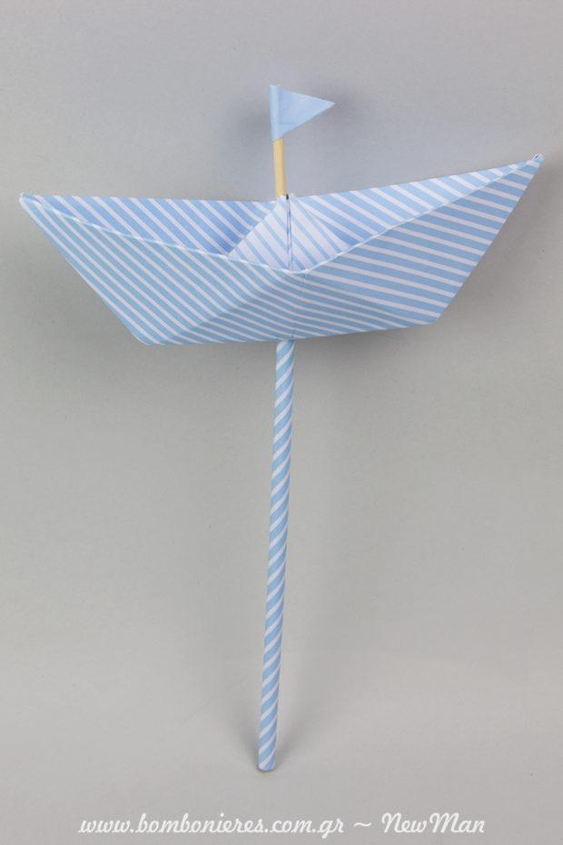 Χάρτινο καράβι (stick) σε σιέλ χρώμα-ριγέ. Έτοιμο να σαλπάρει για τη βάπτιση του μικρού σας με τη σημαιούλα του.