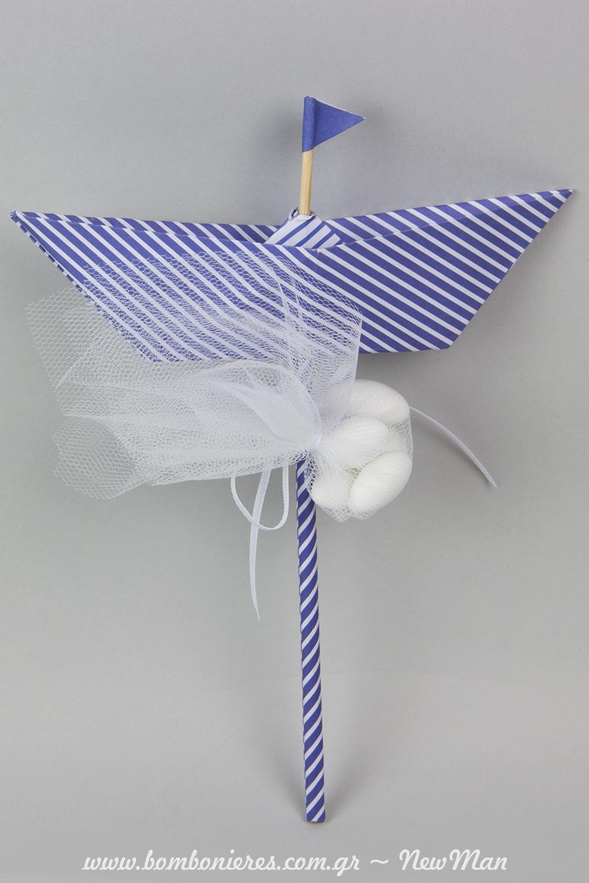 Οικονομική μπομπονιέρα σε χάρτινο καράβι (stick) σε blue navy απόχρωση, συνδυασμένο με μίνι τούλινη μπομπονιέρα σε λευκό χρώμα.