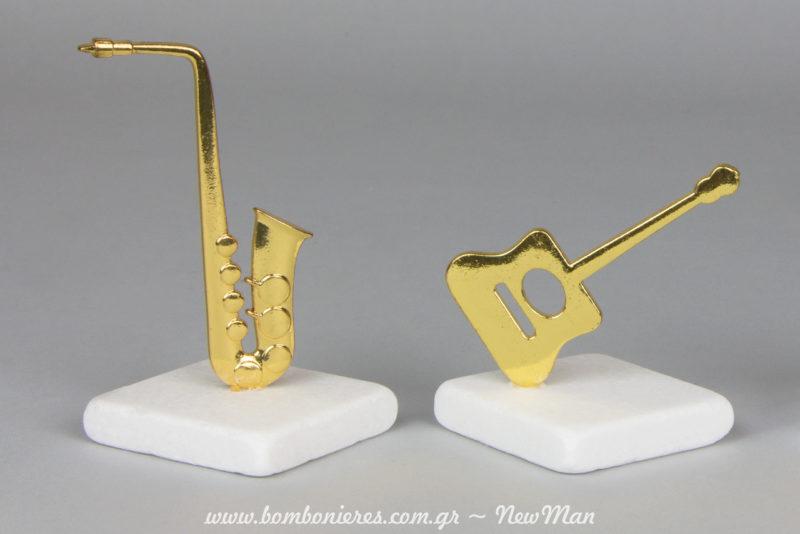 Metalliko saksofwno kai klassiki kithara se xrysi apoxrwsi panw se lefki petra (tetragwni) gia tin mpomponiera tou gamou sas.