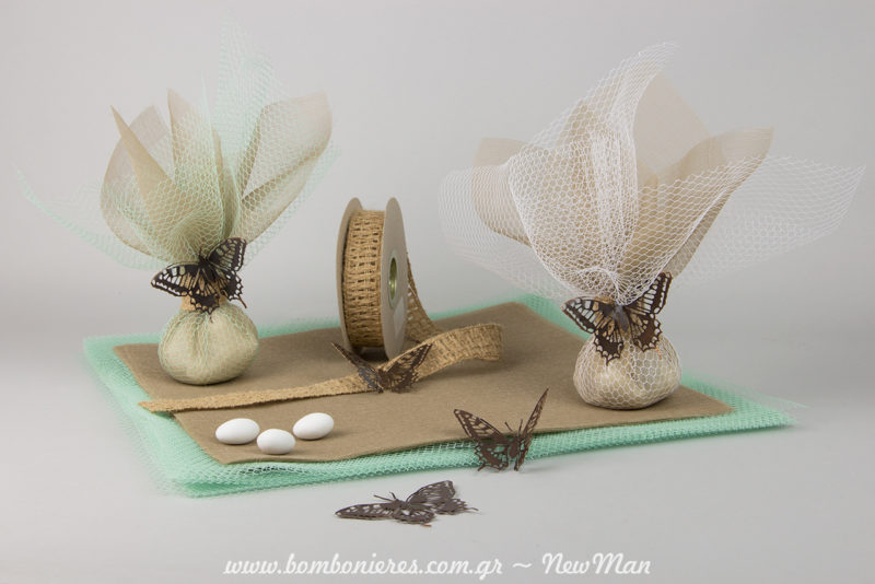 Vintage romantiki mpomponiera gamou me diakosmitikes metallikes petaloydes se giines apoxrwseis.