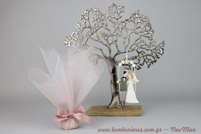 Ένας ρομαντικός γάμος σε αποχρώσεις του ροζ: τούλινη μπομπονιέρα και Δέντρο της Ζωής με γαμπρό και νύφη σε κούνια.