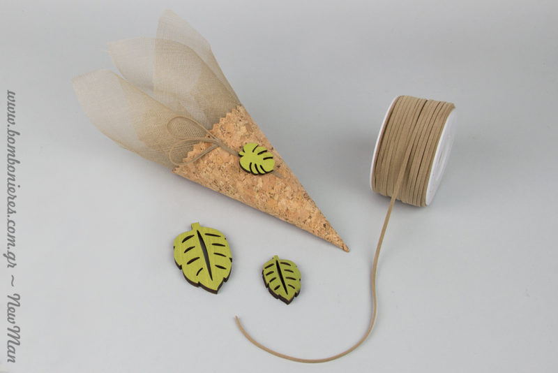 Mpomponiera gamou se xwni apo fello (19.5 x 7cm), diakosmimeno me yfasmatini gaza, kordoni dermataki kai ksylina tropika fylla se laxani apoxrwsi.