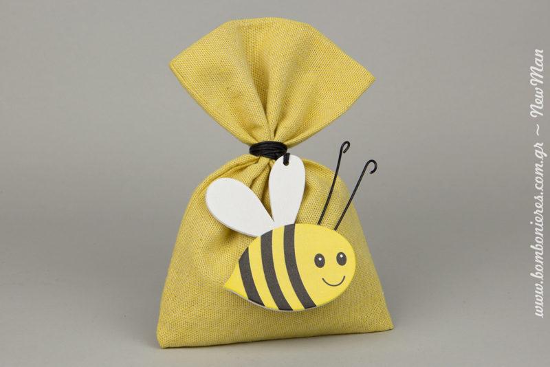 Μπομπονιέρα με διακοσμητική μελισσούλα σε κίτρινο υφασμάτινο πουγκί που θα ζουζουνίσει χαρούμενα στα χέρια των καλεσμένων σας.