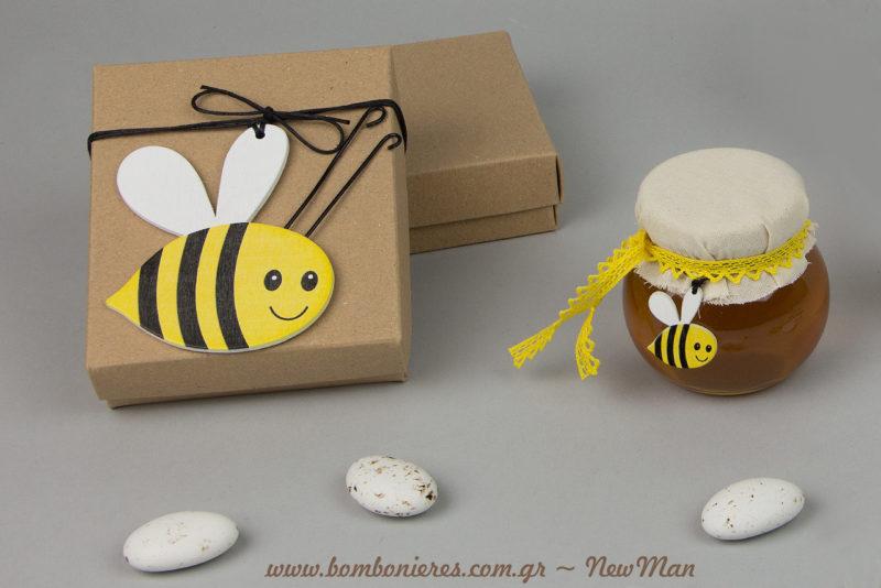Μπομπονιέρες σε κουτί kraft διακοσμημένο με ξύλινη μελισσούλα ή σε βαζάκι Leonardo διακοσμημένο με μαντήλι καμπότο, δαντελοκορδέλα και μίνι μελισσούλα.