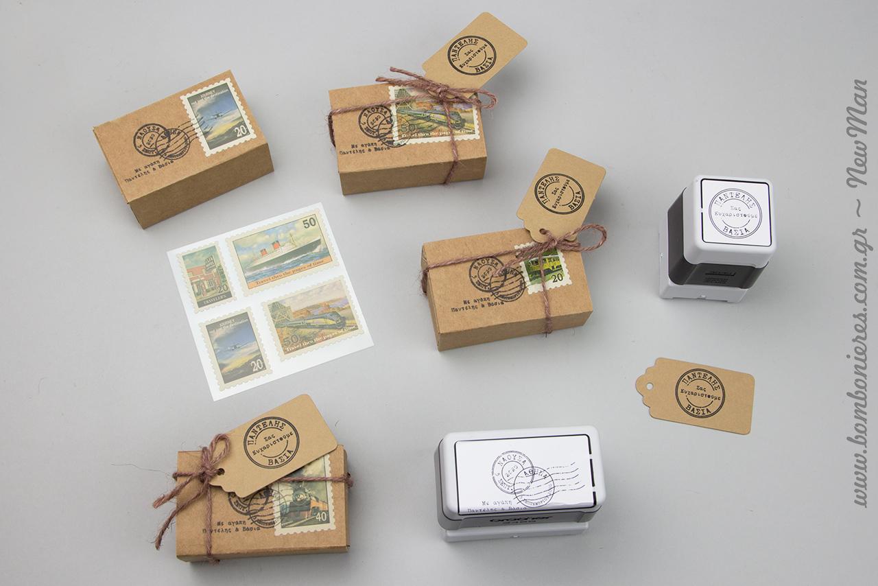 Μπομπονιέρα-ταχυδρομικό δέμα σε χάρτινο σπιρτόκουτο, διακοσμημένο με γραμματόσημο, κορδόνι γιούτα, ετικέτα Eco Brown και προσωποποιημένη σφραγίδα Brother.