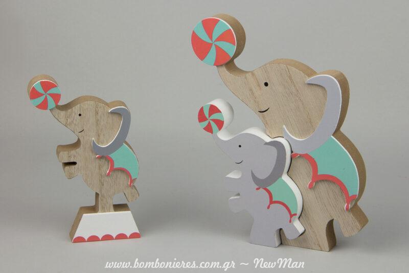 Oi agapimenoi mas elefantes ekteloyn ena noymero me mpales kai tha klepsoun kardies. Xylina stant me enan i dyo elefantes gia ti diakosmisi tis vaptisis.