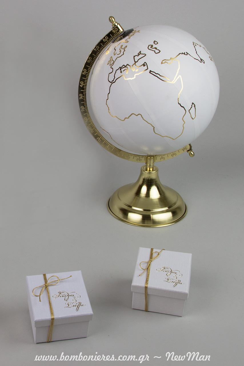 Όσο η γη γυρίζει, η αγάπη σας δυναμώνει. Μπομπονιέρα + διακόσμηση σε λευκές & χρυσές αποχρώσεις.