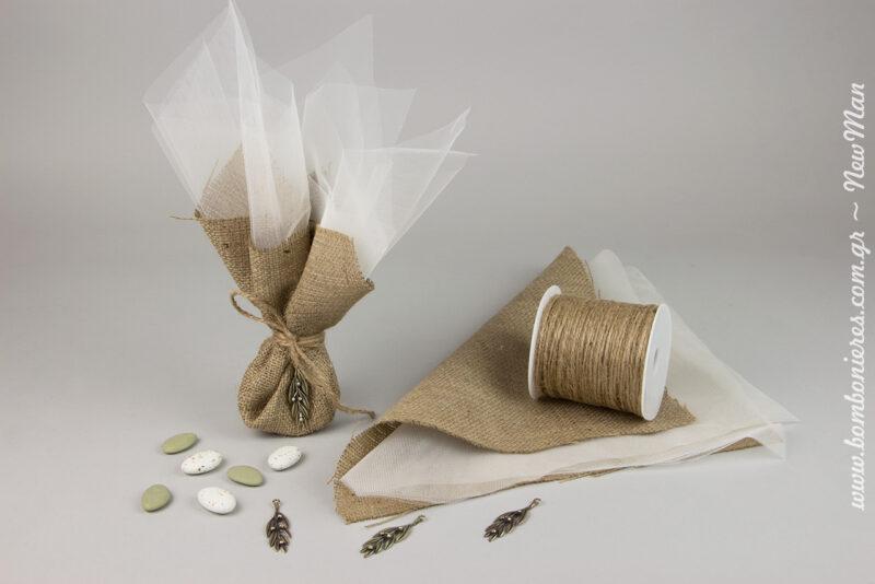 Τούλι γαλλικό και μαντήλι από λινάτσα για μια μπομπονιέρα σε γήινους τόνους που αποτίει φόρο τιμής στην αγαπημένη μας ελιά.