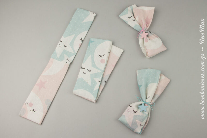 Διακοσμήστε τα πουγκιά με ξύλινα αστεράκια (25mm), τα οποία θα χρωματίσετε με chalk paint. Διατίθενται σε συσκευασία των 50 τεμαχίων.