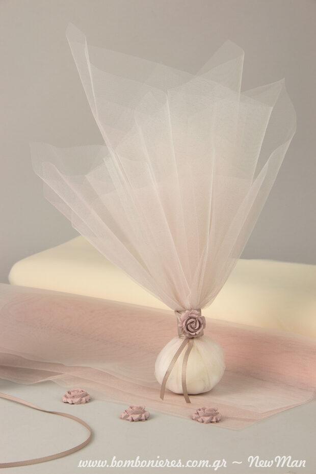 Mia triantafyllenia romantiki toylini mpomponiera se roz apoxrwseis.