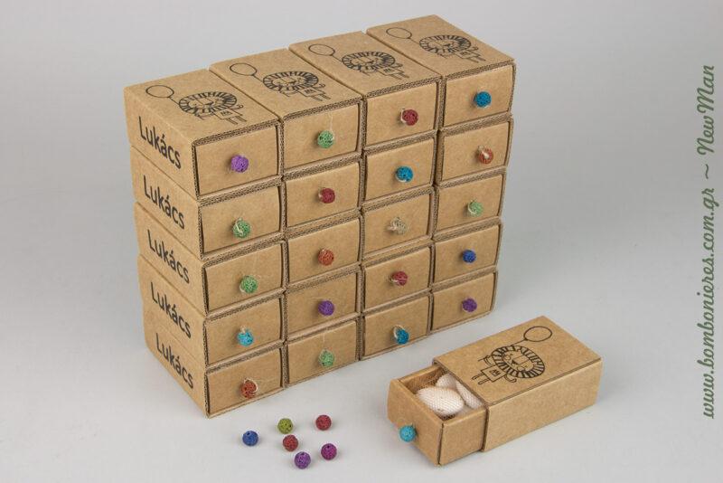 Αγορίστικη μπομπονιέρα με θέμα λιοντάρι σε συρταρωτό κουτί τύπου σπιρτόκουτο, παραγωγής Newman (Νο 2), διακοσμημένο με πολύχρωμη χαντρούλα και κορδόνι λινάτσα.