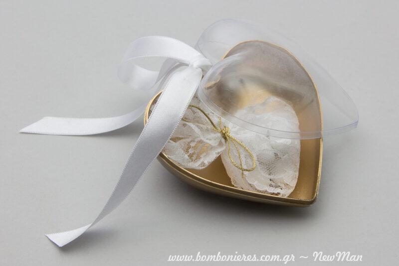 Μια μπομπονιέρα σε διάφανη χρυσαφένια καρδιά που θα εντυπωσιάσει με την αίσθηση πολυτέλειας που αποπνέει.