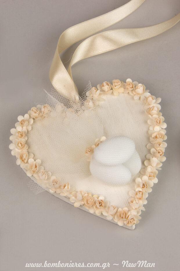 Romantiki kremasti mpomponiera se ksylini kardia, diakosmimeni me anthakia, saten kordela kai mini mpomponieritsa.