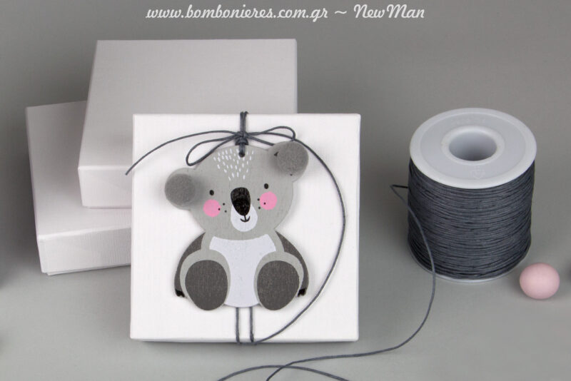 Μπομπονιέρα με θέμα κοάλα σε λευκό χειροποίητο κουτί, διακοσμημένο με κορδόνι κερωμένο και κρεμαστό διακοσμητικό κοάλα (63 x 90mm).