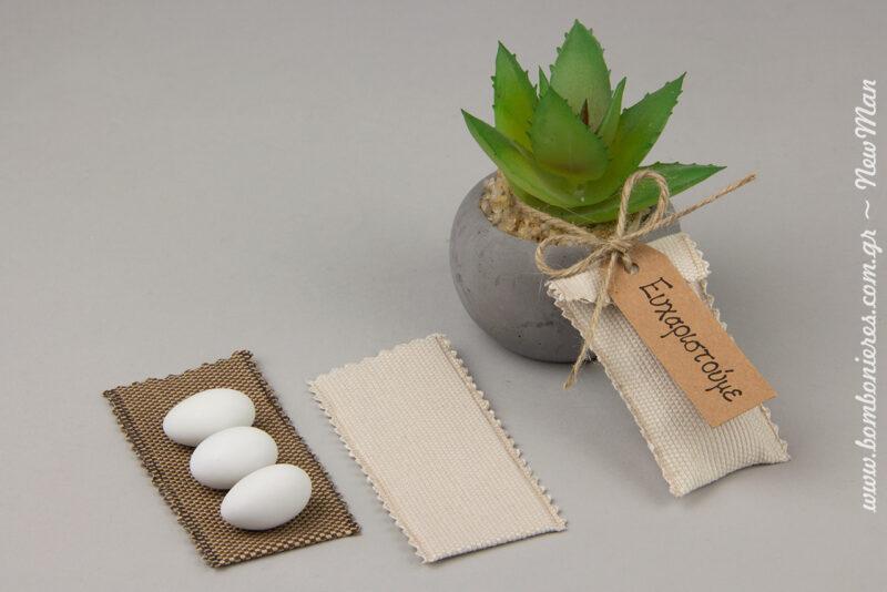 Κέρασμα γάμου (40 x 80mm), το οποίο θα ενσωματώσετε με κορδόνι γιούτα πάνω στο γλαστράκι με παχύφυτο μαζί με ευχαριστήρια καρούλα.